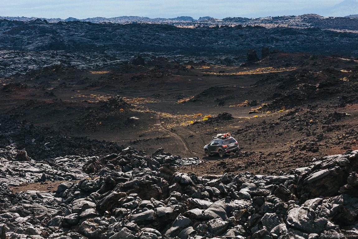 Лавовый поток вулкана Толбачик, гора Камень и Ключевская сопка.